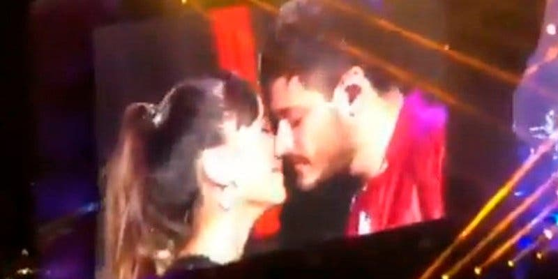 Aitana y Cepeda se morrean durante el concierto de 'OT' ante el aplauso de sus fans