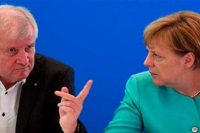 Dimite Horst Seehofer, el duro ministro de Interior alemán, cabreado con Merkel por su 'blanda' política migratoria