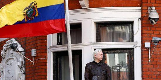 Ecuador dice que Assange tendrá que abandonar embajada en algún momento
