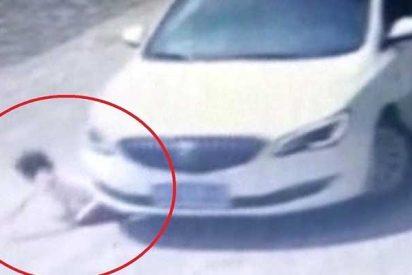 Este coche atropella a una niña de 9 años en China