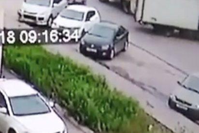 Este camión da marcha atrás y arrolla brutalmente a un hombre