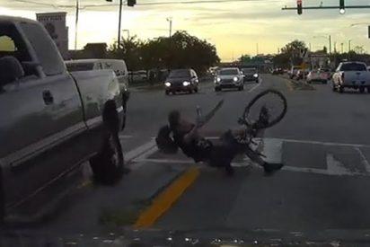 Este ciclista es atropellado mientras esperaba en la mediana de una avenida
