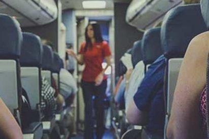 Este pasajero conflictivo es derribado por guardias en un avión