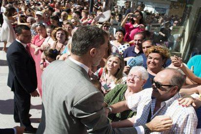La Reina Letizia y el Rey Felipe se dan un baño de masas en Bailén