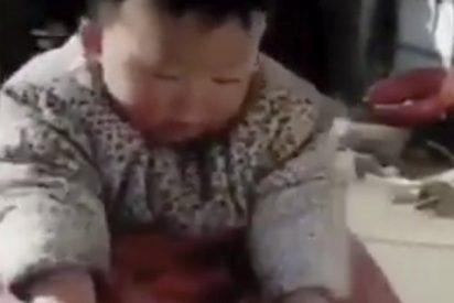 Este bebé que ayuda a su madre enferma enternece a las redes