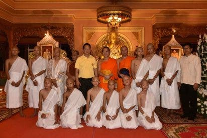 Once de los doce chicos de la cueva se ordenan monjes budistas