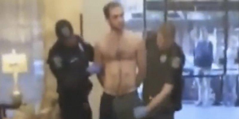 Los policías cachean a este tipo y en mitad del trabajo descubren esto…