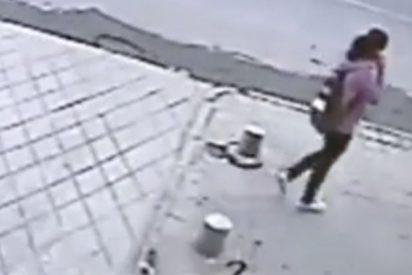 Esta mujer cae en una zanja en plena calle y desaparece
