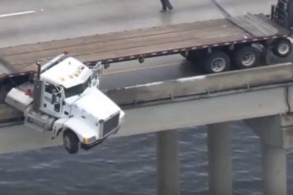Camión queda colgado de un puente sobre un río al sur de EE.UU.