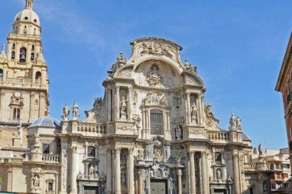 Un hombre se sube a la fachada de la catedral de Murcia y amenaza con tirarse