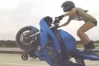 Las espectaculares acrobacias de esta chica sobre la moto dejan a todos con la boca abierta