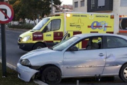 Cachondeo en las redes por lo que hizo este conductor borracho tras estampar su coche en una calle de Murcia