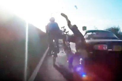 Impactante momento en que un conductor de 81 años arrolla a unos ciclistas