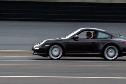 Este coche sale 'volando' en una autopista a 170 km/h