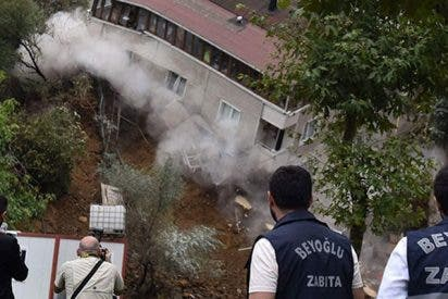 Así se derrumba un edificio de cuatro pisos en Turquía