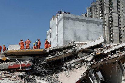 El derrumbe de estos dos edificios en India deja al menos tres muertos y varios atrapados