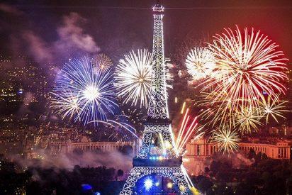 Fuegos artificiales sobre la torre Eiffel con motivo del Día de la Bastilla