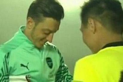Este árbitro le pide a Özil que le firme un autógrafo… ¡en la tarjeta amarilla!