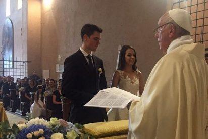 El Papa casó a un guardia suizo y una trabajadora de los Museos Vaticanos