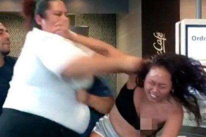 La brutal paliza que da una empleada de McDonald's a una cliente que le arrojó un batido