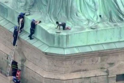 Este tipo intenta escalar la Estatua de la Libertad el Día de la Independencia y desalojan toda la isla
