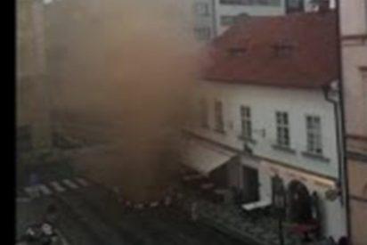 Así evacuaron a cientos de personas en el centro de Praga tras una peligrosa fuga de gas