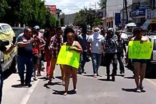 Estafadores son golpeados y obligados a caminar semidesnudos en México