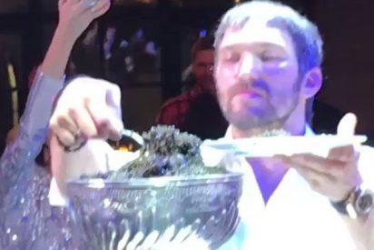 Así se come el caviar negro a cucharadas esta estrella rusa del hockey