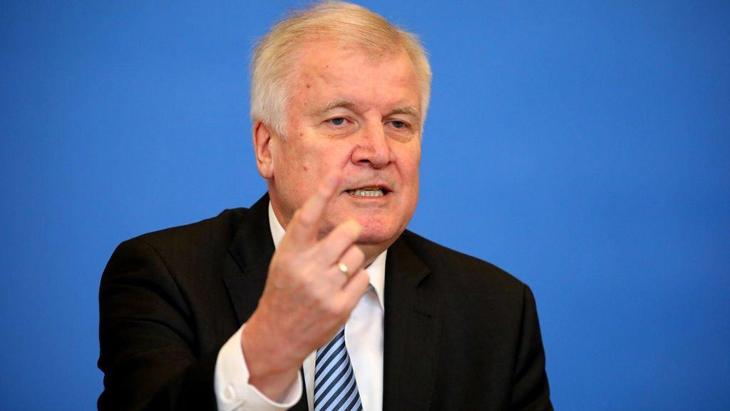 Alemania: El ministro Seehofer reta la canciller Merkel con su plan 'anti-inmigración'