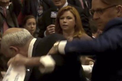 Así expulsan a este hombre de la sala antes de la rueda de prensa de Trump y Putin