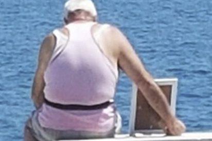 """La foto viral del hombre que lleva el retrato de su esposa muerta a """"ver el mar"""""""