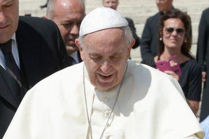 El Papa Francisco recibe una camiseta dedicada de Andrés Iniesta