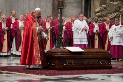 Francisco preside el rito final de los funerales del Cardenal Tauran