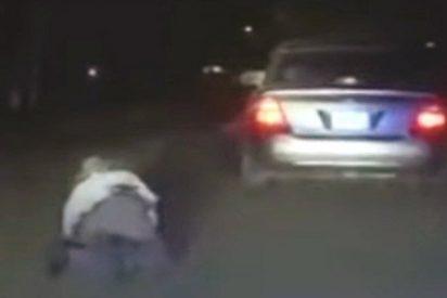 Este fugitivo arrastra con su coche a un agente de tráfico