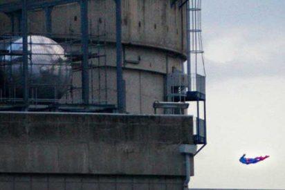 Greenpeace estrella este dron con forma de superhéroe contra una planta nuclear francesa