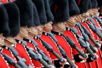 Este guardia real británico, com mala leche, aparta así a esta mujer con un empujón