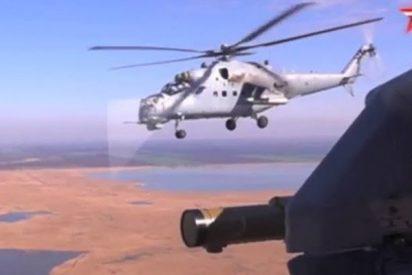 Este helicóptero ruso de transporte y combate Mi-35M dispara contra diferentes objetivos