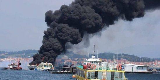 Cinco personas permanecen ingresadas con quemaduras graves tras el incendio de un catamarán en Illa da Toxa