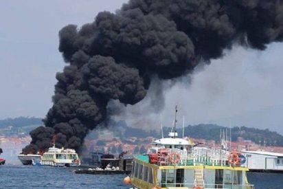 Así arde un barco turístico con 52 personas a bordo tras chocar contra una batea en Galicia