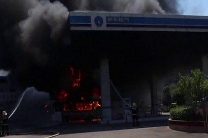 Los bomberos extinguen este feroz incendio en una gasolinera en China