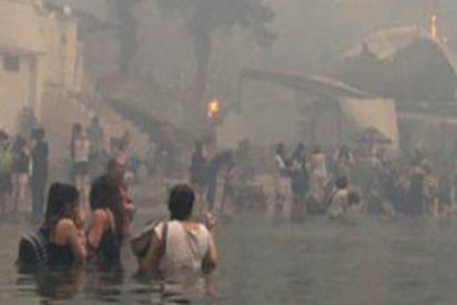 Decenas de personas se refugian en el mar huyendo de los incendios en Grecia