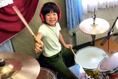 Esta japonesita de 8 años causa furor por como toca a la batería un tema de Led Zeppelin