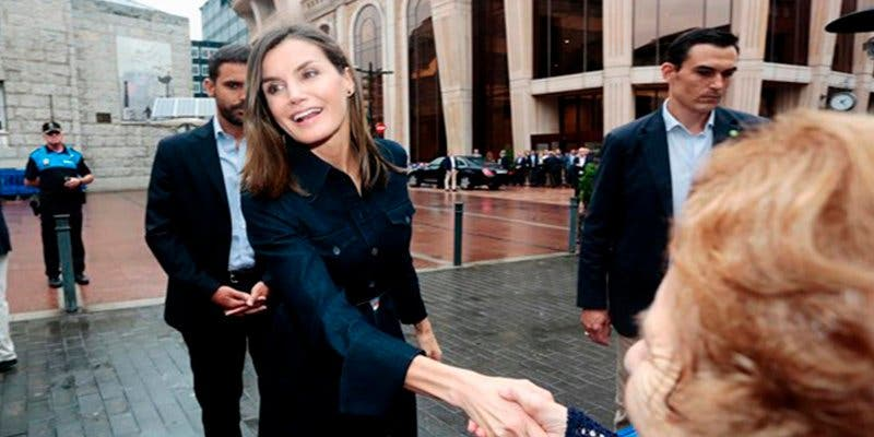 La Reina Letizia se suma a la tendencia denim en su visita a Asturias