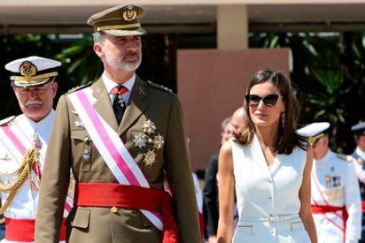 La Reina Letizia rinde homenaje a los militares con un look 'total white'