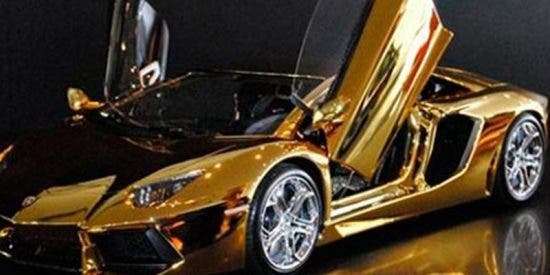 Olvida sacar el surtidor de gasolina de su furgoneta, y quema un lujoso Lamborghini