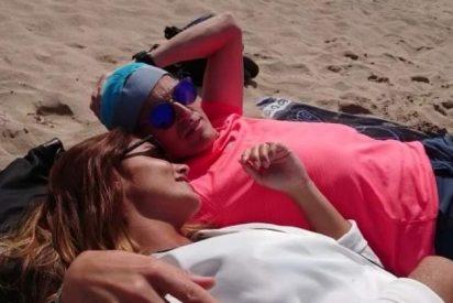 'Pillan' a Lara Álvarez y Jesús Calleja abrazados como dos tortolitos en la playa