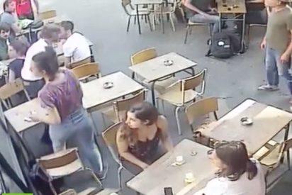 Este hombre golpea en la cara a una joven que respondió a sus comentarios obscenos