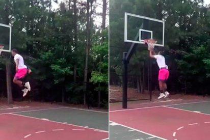 El jugador de baloncesto Dexton Crutchfield desafía la ley de la gravedad con un mate galáctico