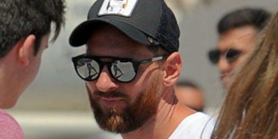 Messi 'huye' de una multitud que lo descubre en una playa en Baleares