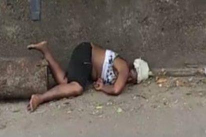 Esta mujer herida yace en plena calle en EE.UU. mientras la gente pasa con indiferencia